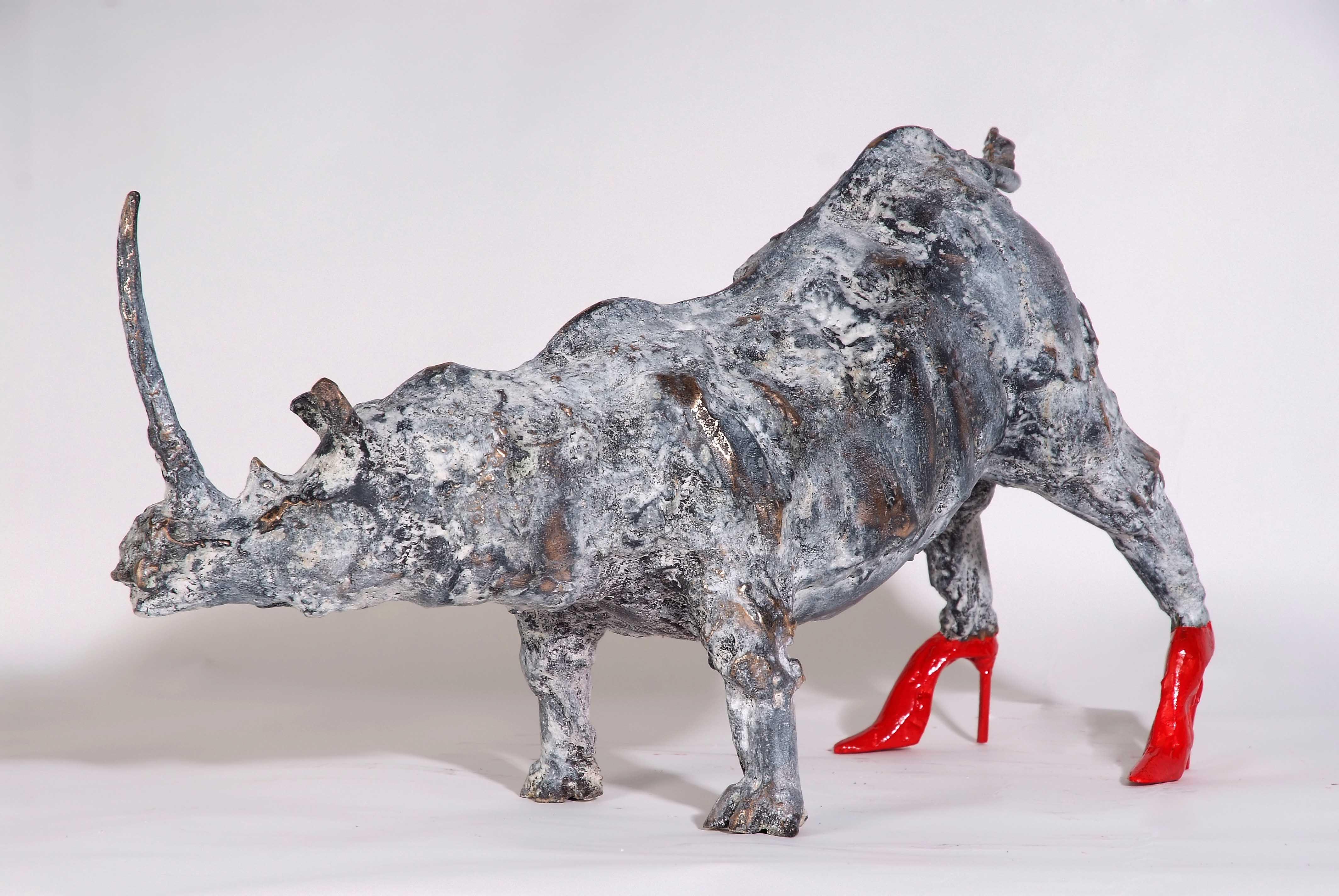 Rinoceronte sobre tacones rojos